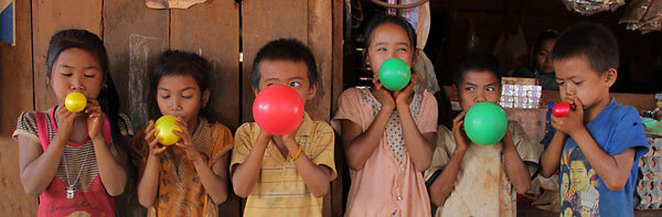 ballon blazende kinderen in Laos